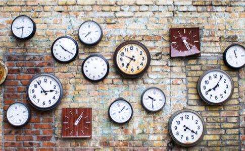たくさんの壁掛け時計