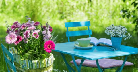 ガーデンにある花とテーブル